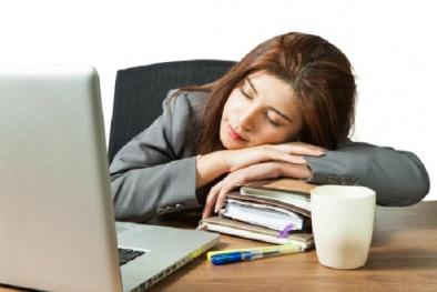 Dân văn phòng dễ mắc loạt bệnh vì thói quen ngủ gục trên bàn