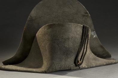 Vì lý do gì mà chiếc mũ cũ kỹ, sờn rách này được đại gia trả giá hơn 9,1 tỷ đồng?