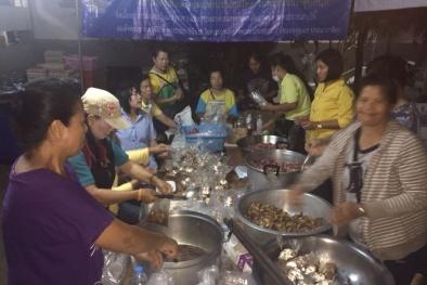Giải cứu đội bóng Thái Lan: Tình nguyện viên vui vẻ nấu ăn đêm bên ngoài hang động