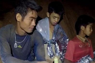 Kiệt sức vì nhường thức ăn cho học trò, HLV đội bóng Thái Lan được cứu ra ngoài sớm