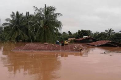 Vỡ đập thủy điện ở Lào: Cận cảnh người dân chen chân trên mái nhà tránh lũ
