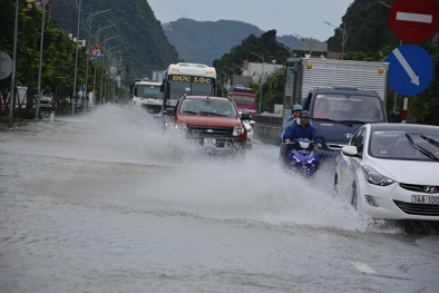 Quảng Ninh: Mưa lớn kéo dài suốt đêm khiến QL18 ngập úng cục bộ