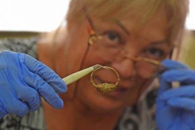 Đào bới căn phòng bị thiêu rụi từ thế kỷ 14, phát hiện kho báu chứa đầy vàng