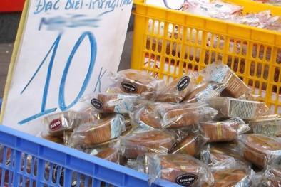 Bánh trung thu 'cận date' tràn xuống phố, giá 10.000 đồng/chiếc