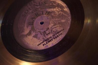 Giải mã 'lá thư' trên chiếc đĩa vàng gửi tới người ngoài tinh của NASA