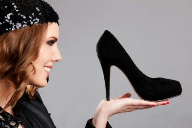 Phong tục Giáng sinh kỳ lạ trên thế giới: Dự đoán tương lai bằng việc ném giày