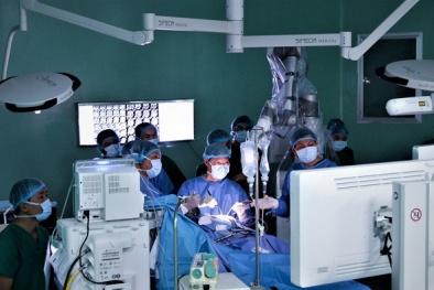 Bác sĩ sử dụng robot mổ u não thành công tại Việt Nam