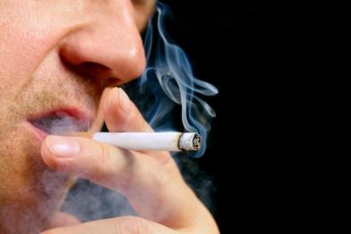 Hút thuốc lá có thể gây tổn thương não, mù màu