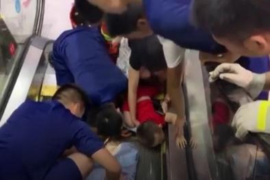 Bài học đắt giá từ việc bé 2 tuổi bị kẹt tay vào thang cuốn