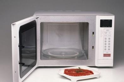 Nguy cơ ngộ độc thực phẩm nếu rã đông bằng lò vi sóng