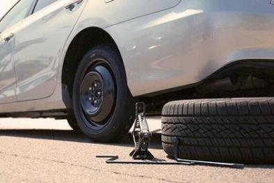 Những mối nguy tiềm tàng cần tránh tuyệt đối khi thay lốp ô tô dự phòng
