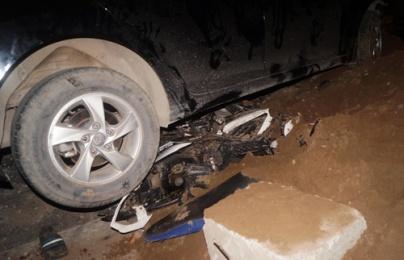Truy tìm lái xe ô tô cán nát xe máy, bỏ mặc nạn nhân vùi trong cát