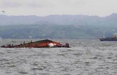 Clip: Phà chở 173 người ở Philippines bị lật khi vừa rời bến