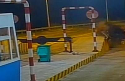 Ôtô Mercedes bị hất tung khi đâm trạm thu phí trên cao tốc