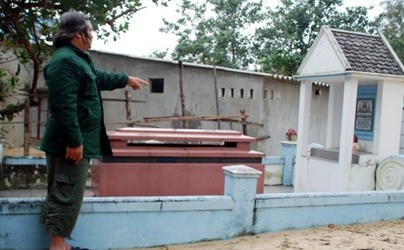 Rùng mình cảnh sống chung với nghĩa địa giữa Hà Nội