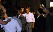 Ông Obama tháo nhẫn khi bắt tay người dân