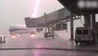 Cận cảnh máy báy chở khách bị sét đánh trên sân bay