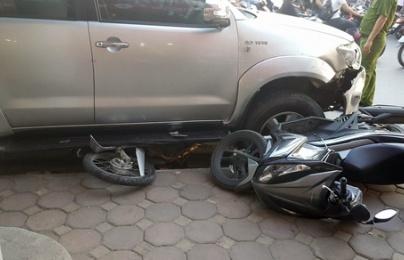 Clip: toàn cảnh ô tô 'điên' nổ lốp đâm liên hoàn 8 xe máy ở Xã Đàn