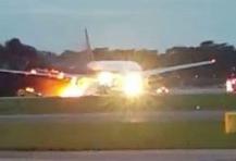 Máy bay trở 241 người bốc cháy ngun ngút khi hạ cánh