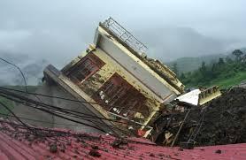 Clip cận cảnh nhà 4 tầng đổ sập do sạt lở núi ở Lào Cai