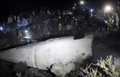 Hiện trường vụ máy bay chở 47 người rơi ở Pakistan