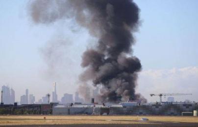 Máy bay rơi trúng trung tâm thương mại ở Úc