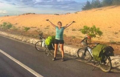 Cô gái ngoại quốc bật khóc khi mất xe đạp ở Việt Nam và hành động ấm lòng của cộng đồng mạng