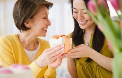 Gợi ý chọn quà dành tặng mẹ chồng ngày 20/10