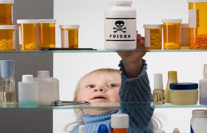 Bé trai 19 tháng tuổi phải cấp cứu khẩn cấp vì uống dầu tắm trẻ em