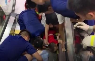 Sốc: clip em bé gặp tai nạn khi đi thang cuốn - lời cảnh báo cho các bậc phụ huynh