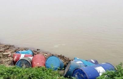 Chặn đứng đối tượng 'lén lút' đổ chất thải công nghiệp xuống sông Hồng