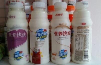 Sữa chua uống Trung Quốc không rõ nguồn gốc trôi nổi, đánh lừa người Việt