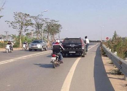 Thanh niên bám cửa xe ô tô chạy tốc độ cao sau tai nạn giao thông