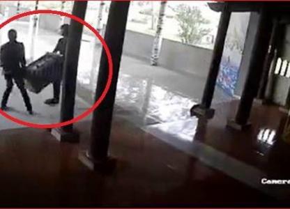 Hai nam thanh niên khiêng trộm hòm công đức của nhà chùa