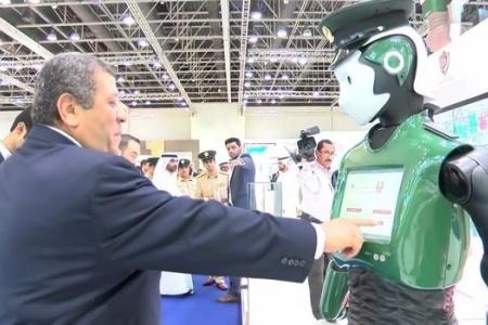 Robot cảnh sát đầu tiên ra mắt tại Dubai có gì đặc biệt?