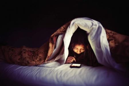 Nguy hại khôn lường vì sử dụng điện thoại trước khi ngủ
