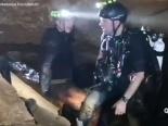 Cận cảnh thợ lặn luồn lách qua hang hẹp 38cm để giải cứu đội bóng Thái Lan