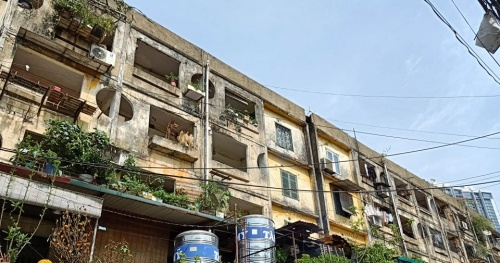 Review and inspect the quality of old apartments in the rainy season