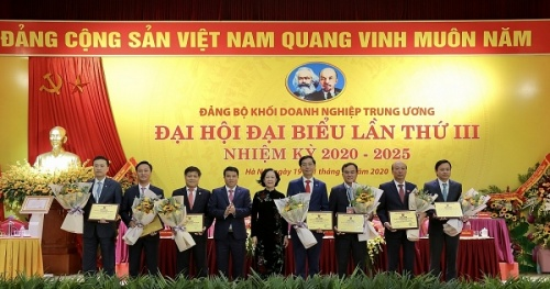 Party Committee of Petrovietnam- Attaching the signboard of the project to welcome the XIII National University of the Party